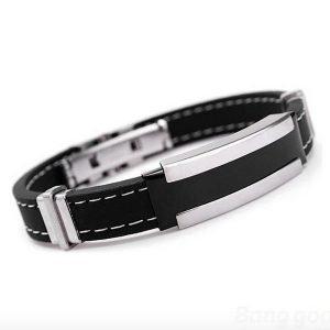 Armband med rostfritt stål och svart siliconarmband.