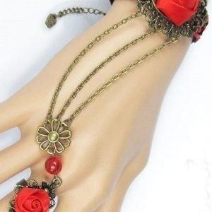 Punainen ruusukoristeinen rannekoru/sormusyhdistelmä