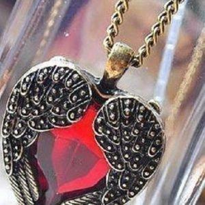 Punainen sydän koru