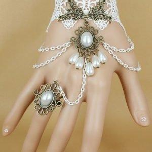 Valkoinen helmikoristeinen rannekoru/sormusyhdistelmä